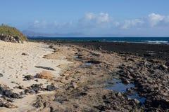 Панорамный вид на океан Вулкан, черные утесы текстура песка макроса предпосылки солнце моря луча fiords предпосылки горизонт Стоковое Изображение