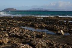 Панорамный вид на океан Вулкан, черные утесы текстура песка макроса предпосылки солнце моря луча fiords предпосылки горизонт Стоковое фото RF