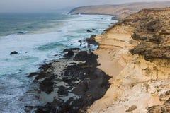 Панорамный вид на океан Вулкан, черные утесы текстура песка макроса предпосылки солнце моря луча fiords предпосылки горизонт Стоковая Фотография RF