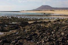 Панорамный вид на океан Вулкан, черные утесы текстура песка макроса предпосылки солнце моря луча fiords предпосылки горизонт Стоковое Фото