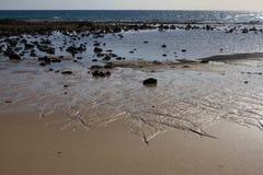 Панорамный вид на океан Вулкан, черные утесы текстура песка макроса предпосылки солнце моря луча fiords предпосылки горизонт Стоковые Изображения