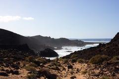 Панорамный вид на океан Вулкан, черные утесы текстура песка макроса предпосылки солнце моря луча fiords предпосылки горизонт Стоковая Фотография