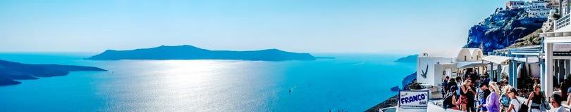 Панорамный вид с воздуха глаза птицы белых здания, неба и моря в острове Santorini, Oia, Греции Стоковое Фото