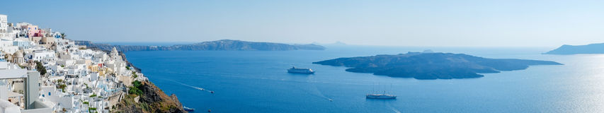 Панорамный вид с воздуха глаза птицы белых здания, неба и моря в острове Santorini, Oia, Греции Стоковое Изображение RF