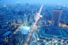 Панорамный вид с воздуха занятого района города Тайбэя, Тайбэя commerical, реки Tamsui и района центра города на сумраке Стоковое фото RF
