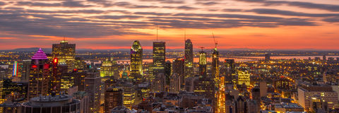Панорамный восход солнца над городом стоковое изображение rf
