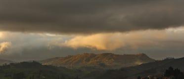 Панорамный гористого ландшафта с ясным и темным продифференцированными по солнцу стоковая фотография rf