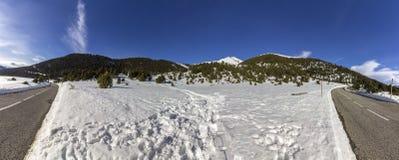 Панорамный горный вид ландшафта, около городка Canillo Стоковые Изображения RF