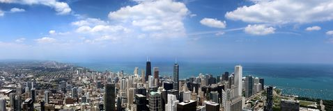Панорамный город Чикаго высоко вверх по облакам горизонта голубым тучным стоковая фотография
