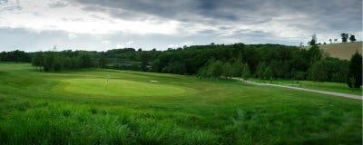 Панорамный зеленый цвет поля для гольфа, и сочная трава стоковая фотография rf
