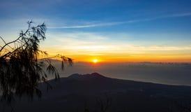 Панорамный красивый вид от верхней части вулкана Agung на зоре Взгляд восходящего солнца и держателя Rinjani на горизонте от a стоковая фотография rf