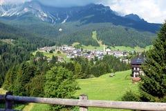 Панорамный ландшафт, деревня Dobiacco, в Cadore, горы Dolomity, Италия стоковое изображение