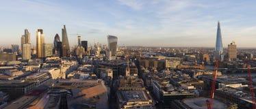 Панорамный повышенный взгляд финансового района Лондона стоковое фото