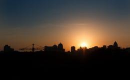 Панорамный силуэт большого города на заходе солнца kiev стоковое фото