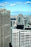 Панорамный современный вид с воздуха горизонта города зданий в финансовом районе на токио и яркое голубое небо греют на солнце св стоковое фото rf