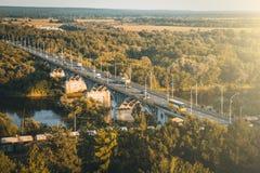 Панорамный тонизированный взгляд моста над рекой Klyazma в городе Владимира с железнодорожными и зелеными деревьями в летнем дне, стоковая фотография rf