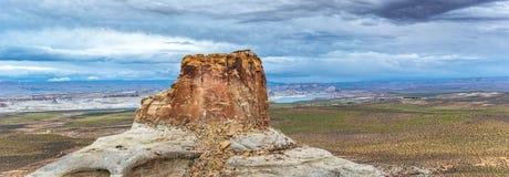 Панорамный фотоснимок butte пустыни с драматическим небом около озера Пауэлл стоковая фотография rf