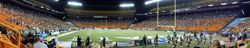 Панорамный футбольного поля футбольной игры коллежа на ноче d Стоковые Изображения RF