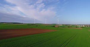 Панорамы воздуха аграрных полей и ветрогенераторов производящ электричество Современные технологии для получать сток-видео