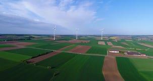 Панорамы воздуха аграрных полей и ветрогенераторов производящ электричество Альтернативная энергия, 3 ветротурбины видеоматериал