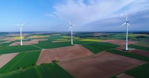 Панорамы воздуха аграрных полей и ветрогенераторов производящ электричество Современные технологии для получать акции видеоматериалы