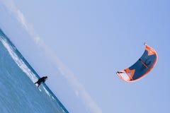 пансионер наслаждается заниматься серфингом змея Стоковые Фото