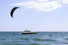 пансионер наслаждается заниматься серфингом змея Стоковые Изображения