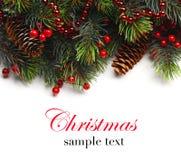 Пансионер рождества с ветвью ели с конусами и орнаментом Безделушки рождества в золотом и красном цвете Стоковое Изображение RF