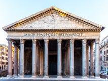 Пантеон в Риме, Италии Вид спереди портика с классическими столбцами стоковое изображение rf
