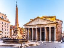 Пантеон и Фонтана del Пантеон с монументальным обелиском на della Rotonda аркады, Риме, Италии стоковая фотография rf