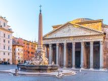 Пантеон и Фонтана del Пантеон с монументальным обелиском на della Rotonda аркады, Риме, Италии стоковые изображения rf