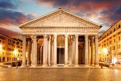 Пантеон - Рим на заходе солнца стоковые изображения rf