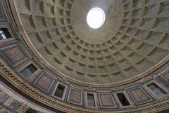 пантеон rome Внутренний взгляд Рэй солнечного света проходя до конца Стоковое фото RF