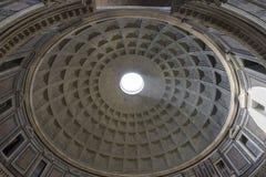пантеон rome Италии купола Внутренний взгляд Рэй солнечного света проходя thro Стоковое Изображение RF