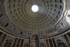 пантеон rome Рэй солнечного света пропуская через отверстие в стоковые изображения