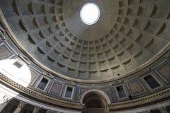 пантеон rome Рэй солнечного света пропуская через отверстие в стоковое изображение