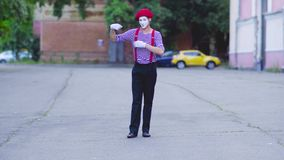 Пантомима делает различные движения на городе акции видеоматериалы