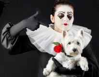 Пантомима женщины с маленькой собакой стоковое фото