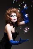 Пантомима женщины с пузырями мыла. стоковые фото