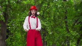 Пантомима жонглирует в парке акции видеоматериалы