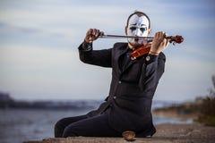 Пантомима играя скрипку outdoors стоковое изображение rf