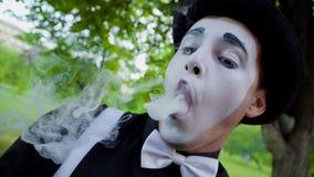 Пантомима курит электронную сигарету акции видеоматериалы