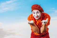 Пантомима показывает пантомиму против голубого неба Стоковое Фото
