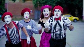 4 пантомимы имитируют автомобильную катастрофу на городе видеоматериал