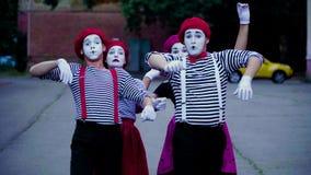 Пантомимы имитируют автомобильную катастрофу на городе акции видеоматериалы