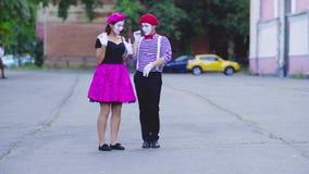 Пантомимы пнули один другого с рамки сток-видео