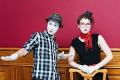 2 пантомимы представляя против красной предпосылки стены Стоковые Изображения RF
