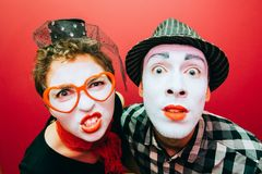 2 пантомимы представляя против красной предпосылки стены Стоковая Фотография RF