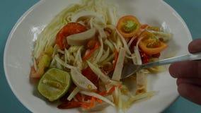 Папапайя животика сома тайская пряная зеленая покрывая салат сосиски куска въетнамский черпая вилкой акции видеоматериалы