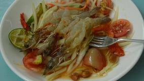 Папапайя животика сома тайская пряная зеленая покрывая сырцовый салат креветки и вилка черпая для еды сток-видео